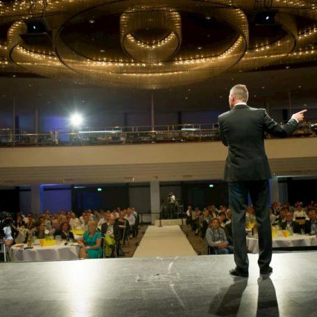 Dirk Kreuter bei einem Vertriebsoffensive Event auf der Bühne