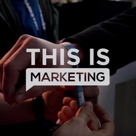 Nach dem Einlass bekommt man ein Bändchen für das This ist Marketing Event