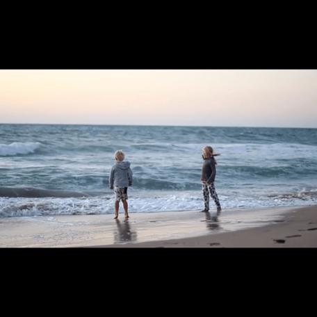 Die beiden Kinder am Strand